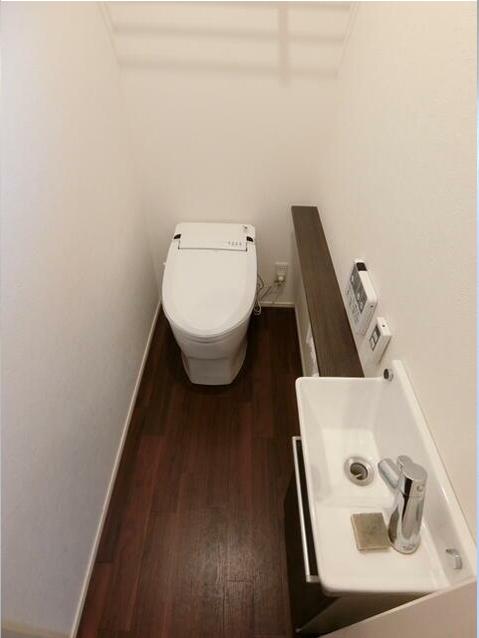 壁の白と床の茶色のコントラストがキレイなトイレ♪