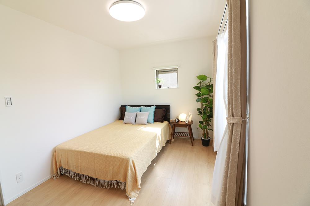 主寝室は広々していて安らげる空間に。大きな窓から光が差し込み、朝の目覚めも良さそう♪ ※施工事例です。実際の建物とは異なります。詳しくはお問い合わせください。