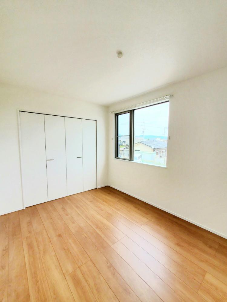 主寝室は広々していて安らげる空間に。大きな窓から光が差し込み、朝の目覚めも良さそう♪