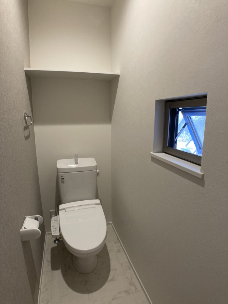 温水洗浄便座トイレ。新素材により、気になる便座もサッとひとふきでキレイになります。