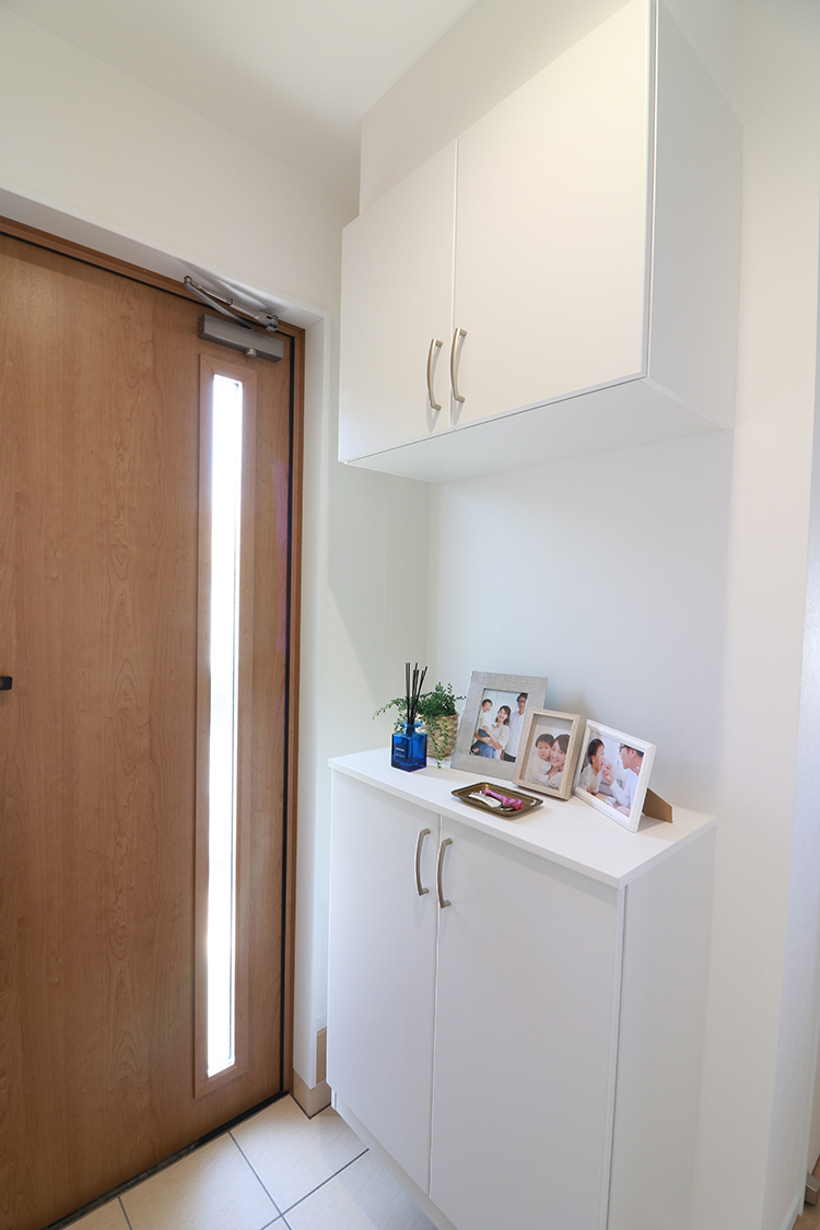 シューズボックスは上下に分かれているので棚に小物が置けます♪棚は可動式なので、すっきり収納できてとても便利です♪