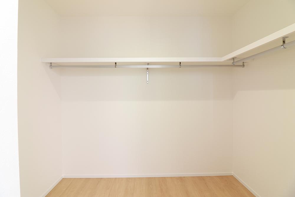 全居室収納付き!ハンガーパイプ付き棚で高さも160cmとお子様でも一人で掛けられる高さです♪ ※施工事例です。実物とは異なります。