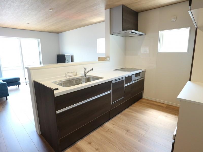 ビルトインタイプの食洗器付き、広々キッチン