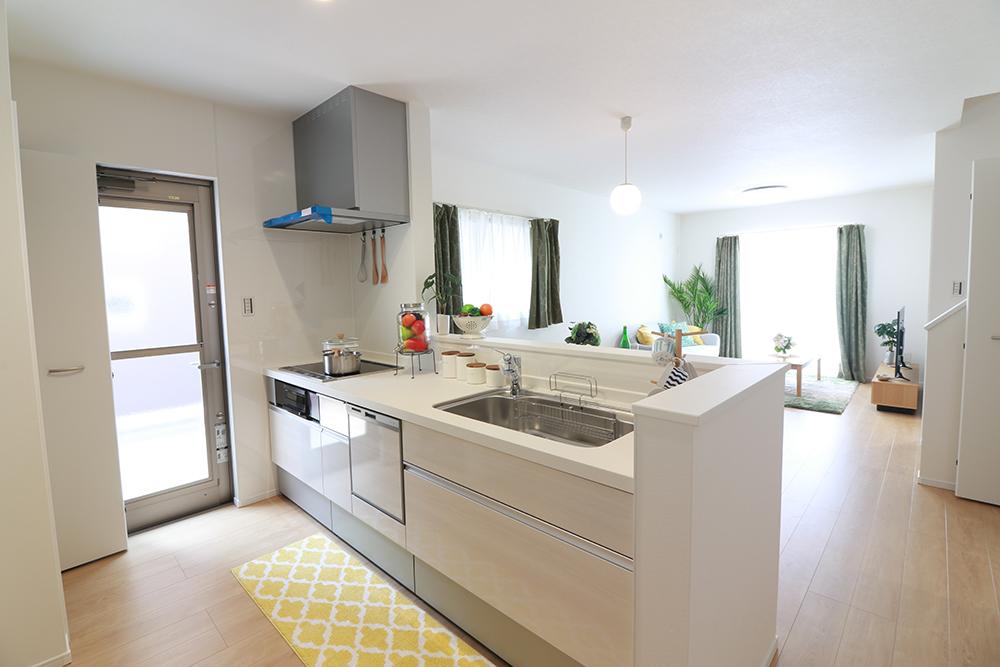 対面式キッチンは家事をしながら家族を見守り、コミュニケーションの取れる人気のスタイル。人造大理石カウンタートップで細かな傷も目立ちにくいです♪ ※施工事例です。実物とは異なります。