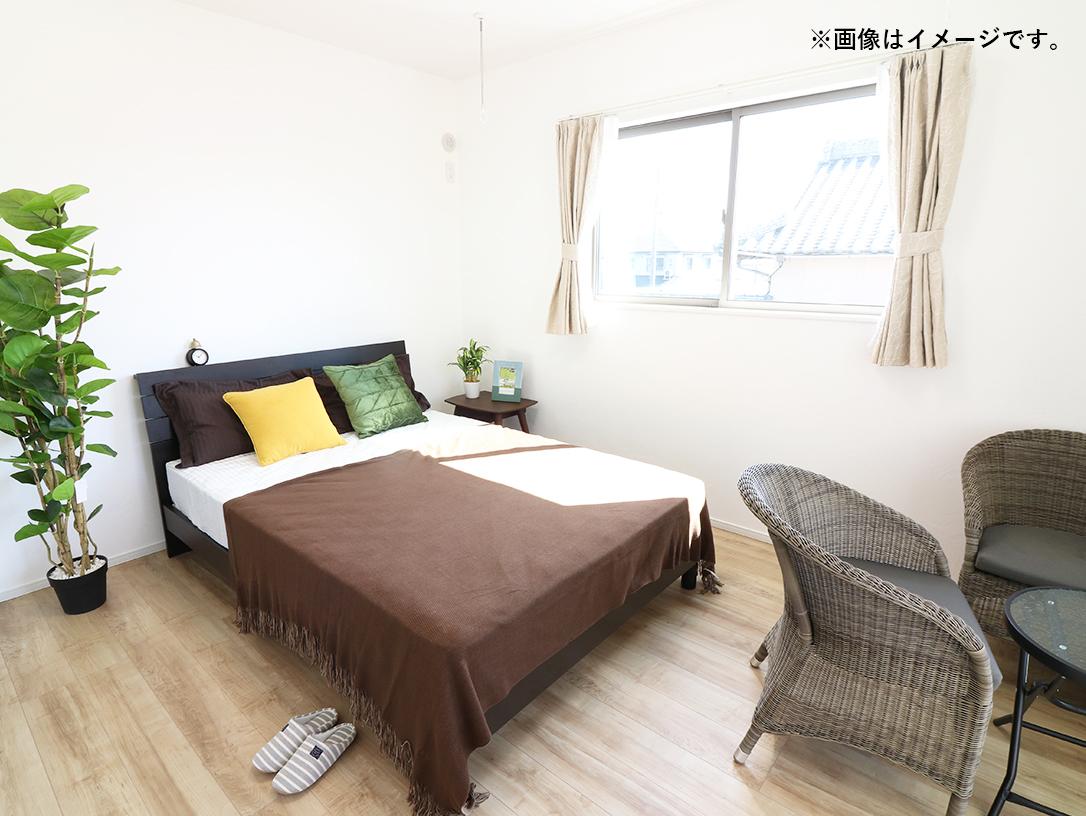 主寝室は広々していて安らげる空間に。大きな窓から光が差し込み、朝の目覚めも良さそう♪ ※施工事例です。実物とは異なります。