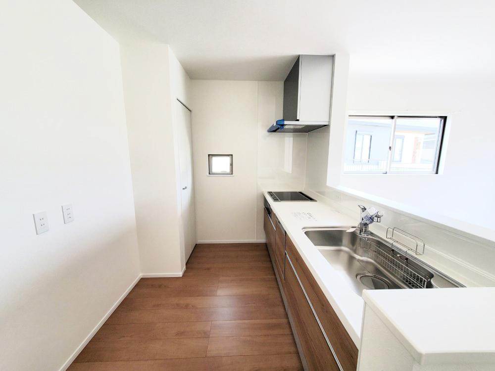対面式キッチンは家事をしながら家族を見守り、コミュニケーションの取れる人気のスタイル。食洗器付きで洗い物の時間を削減でき、家事の負担を軽減してくれるキッチンです。
