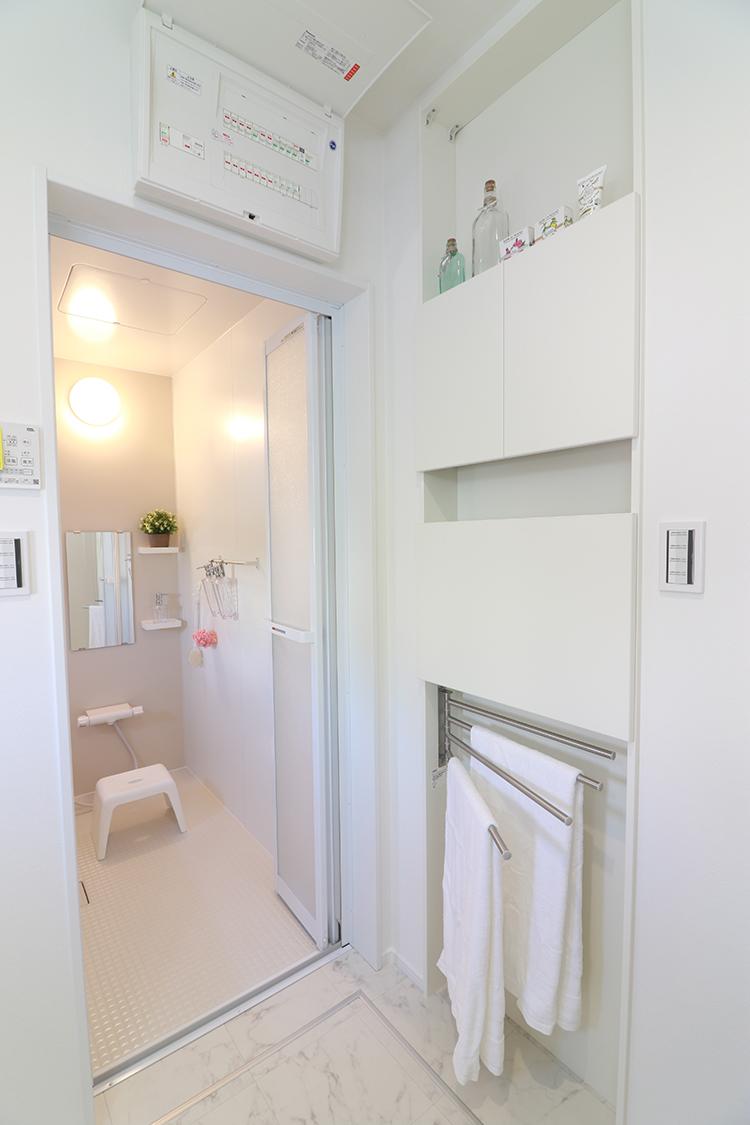 パウダールームにスマート収納を設置!バスタオルの掛け出し、お風呂前の小物置き、下から引き出せるタオル収納など便利な機能がたくさん♪ ※施工事例です。実物とは異なります。
