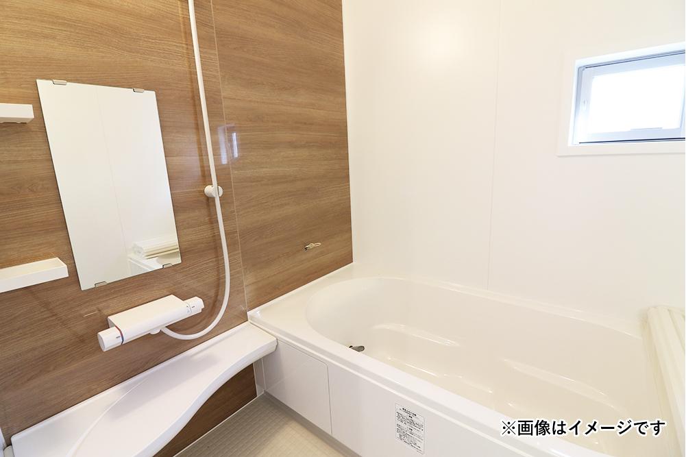 1日の疲れをほぐす、とっておきのリラクゼーションタイムを楽しむバスルーム。 美しく、機能的なデザインを採用、清潔感あふれる心地よい空間づくりにこだわりました。 ※施工事例です。実物とは異なります。