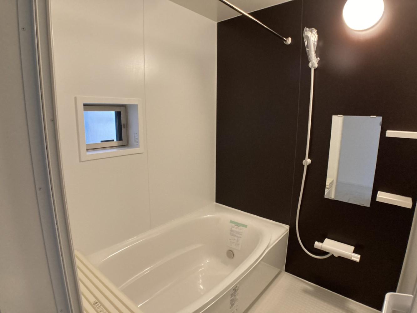 1日の疲れをほぐす、とっておきのリラクゼーションタイムを楽しむバスルーム。 美しく、機能的なデザインを採用、清潔感あふれる心地よい空間づくりにこだわりました。