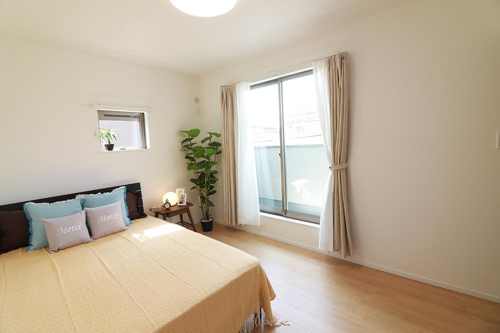 主寝室は広々していて安らげる空間に。バルコニーにすぐアクセスできるため、お洗濯物の片付けもらくらく♪ ※施工事例です。実際の建物とは異なります。詳しくはお問い合わせください。