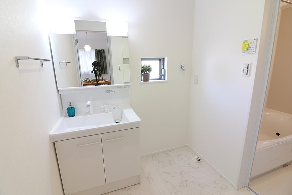 三面鏡の裏は収納スペースとなっており、物が多くなりがちな洗面台まわりをスッキリ保つことができます。 ※施工事例です。実物とは異なります。