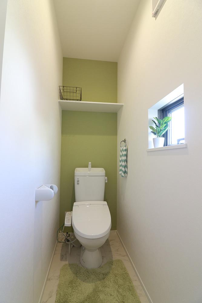 温水洗浄便座トイレ。新素材により、気になる便座もサッとひとふきでキレイになります。 ※施工事例です。実際の建物とは異なります。
