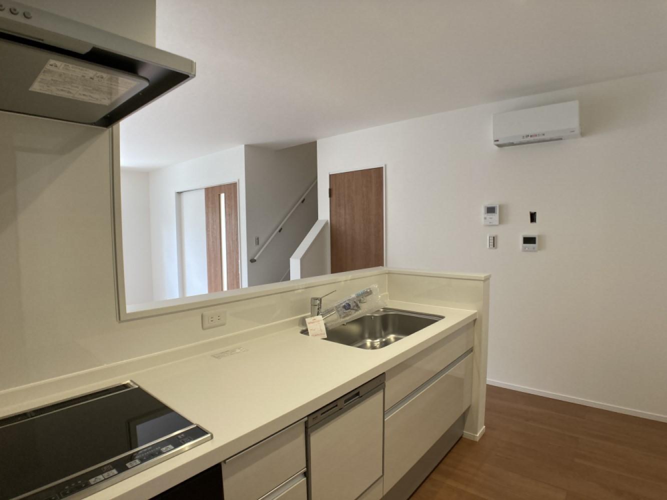 対面式キッチンは家事をしながら家族を見守り、コミュニケーションの取れる人気のスタイル。人造大理石カウンタートップで細かな傷も目立ちにくいです♪ ※施工事例です。