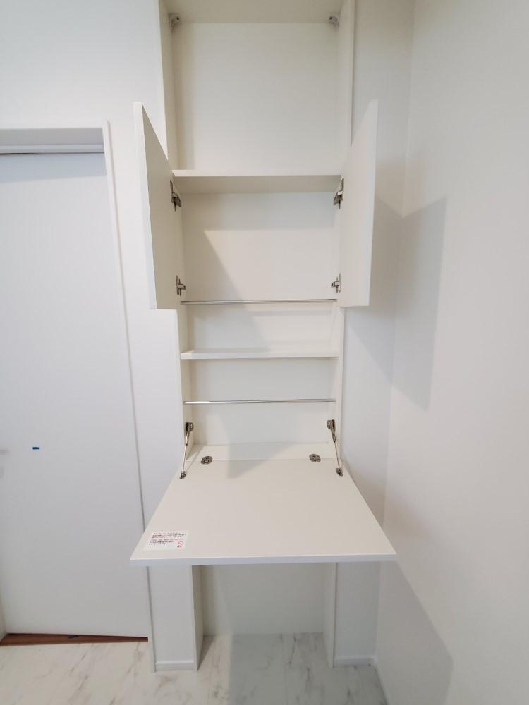 パウダールームにスマート収納を設置!バスタオルの掛け出し、お風呂前の小物置き、下から引き出せるタオル収納など便利な機能がたくさん♪