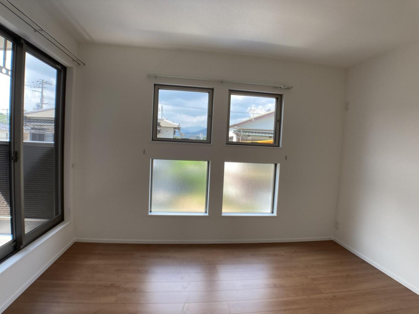 主寝室は広々していて安らげる空間に。大きな窓から光が差し込み、朝の目覚めも良さそう♪ ※施工事例です。