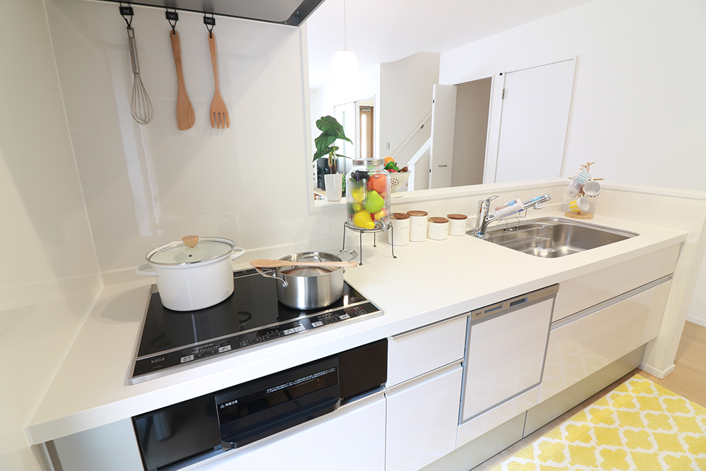 対面式キッチンは家事をしながら家族を見守り、コミュニケーションの取れる人気のスタイル。食洗器付きで洗い物の時間を削減でき、家事の負担を軽減してくれるキッチンです。 ※施工事例です。実物とは異なります。