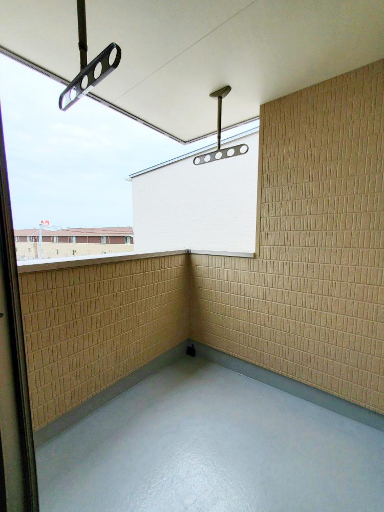 屋根付きバルコニーで急な雨で洗濯物が濡れる心配も少ない設計♪ 天井吊りパイプで足回りもすっきり♪