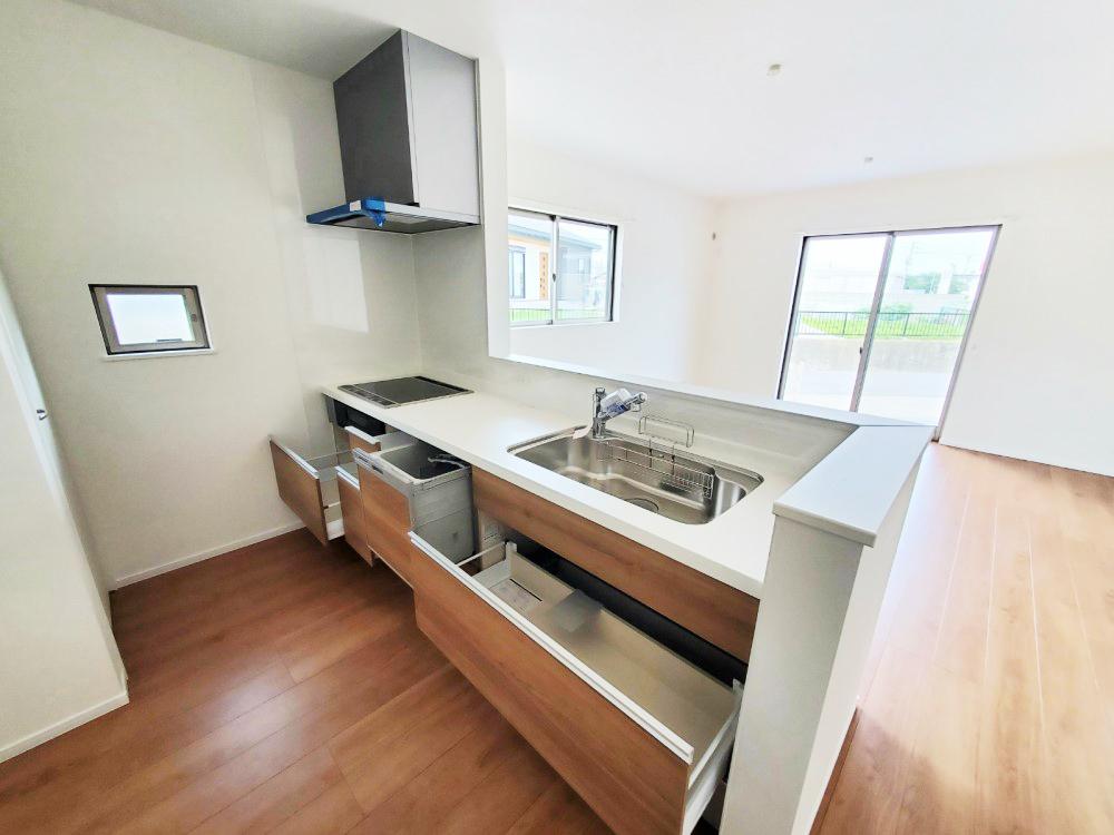 対面式キッチンは家事をしながら家族を見守り、コミュニケーションの取れる人気のスタイルです。食洗器が付いているので洗い物の時間を削減でき、家事の負担を軽減してくれるキッチンです。
