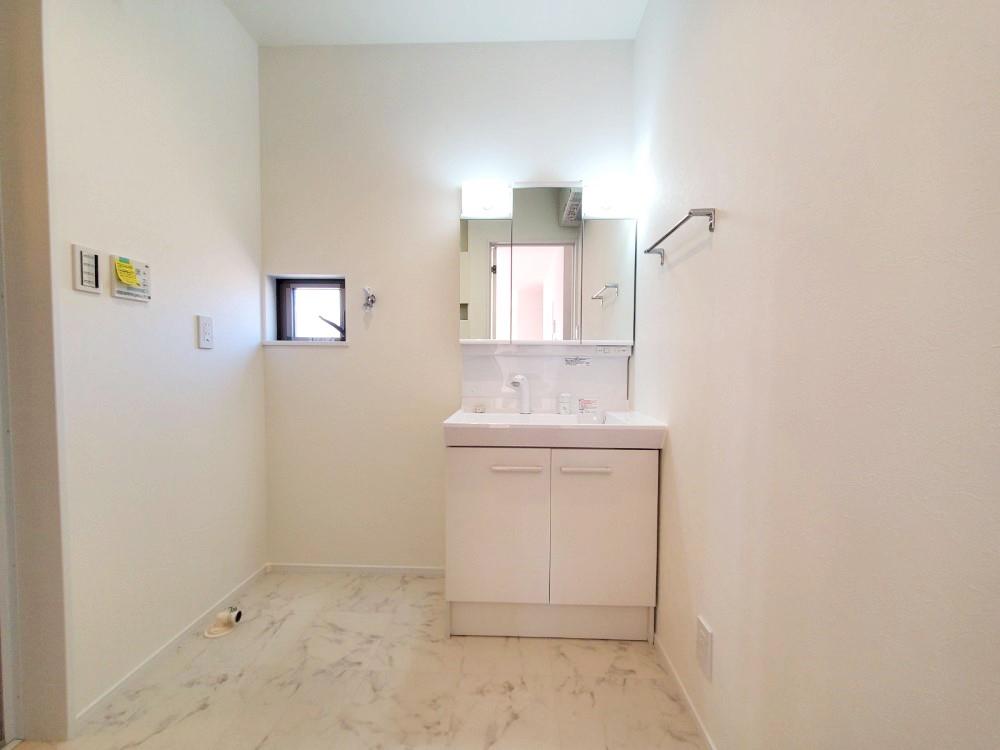 三面鏡の裏は収納スペースとなっており、物が多くなりがちな洗面台まわりをスッキリ保つことができます。