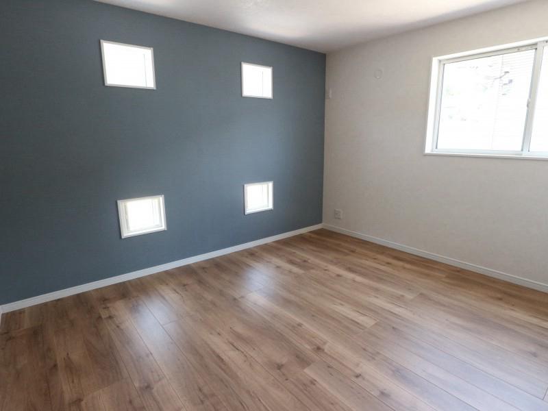 外観のアクセントでもある小窓は室内もオシャレに演出